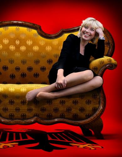Bei Merkels unterm Sofa